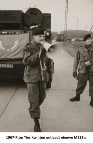 1967-02 103 Verkbat; Ritm Ties Kwinten leidt het ontladen van de M113's Fotoboek R Meeder