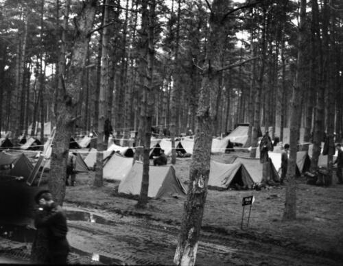 1966-1967 A-Esk 103 Verkbat; Entre Nous bivak, in de kader- of puptent. Uit het fotoarchief van Jan Stoffels  (1)