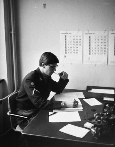 1966-1967 A-Esk 103 Verkbat; De admeur heeft het maar druk met vv, Papstaat en Soldij. Uit het fotoarchief van Jan Stoffels  (4)