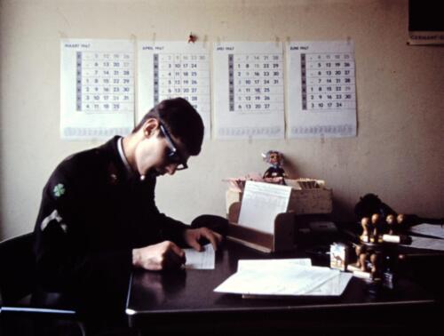 1966-1967 A-Esk 103 Verkbat; De admeur heeft het maar druk met vv, Papstaat en Soldij. Uit het fotoarchief van Jan Stoffels  (3)