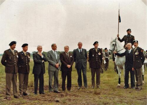 1981-06-21 103 Verkbat; Co overdracht. Lkol Eleveld aan Abbas tvs 20 jaar 103. Fotoboek van de Maj R Meeder  (4)