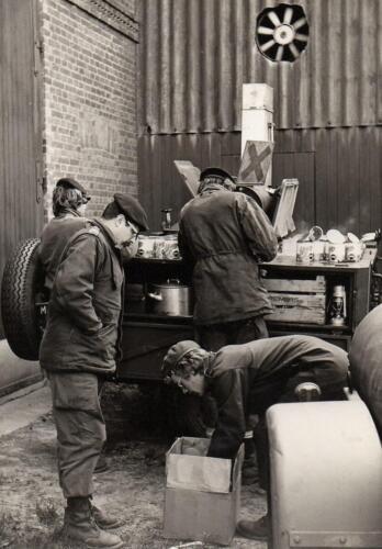 1971-1972 B-Esk 103 Verkbat; Owi Joop van Stein bij de keukenwagen. Uit het fotoboek van de Ritm R Meeder  (2)