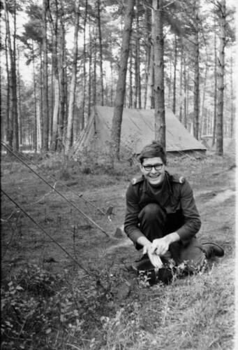 1966-1967 A-Esk 103 Verkbat; Entre Nous bivak, in de kader- of puptent. Uit het fotoarchief van Jan Stoffels  (2)