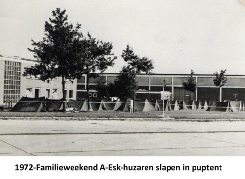 1972 A-Esk 103 Verkbat; Familieweekend de huzaren in de pup en de familie in hun bed.  (1)