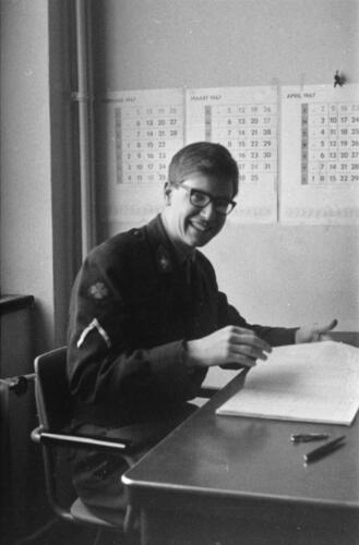 1966-1967 A-Esk 103 Verkbat; De admeur heeft het maar druk met vv, Papstaat en Soldij. Uit het fotoarchief van Jan Stoffels  (2)