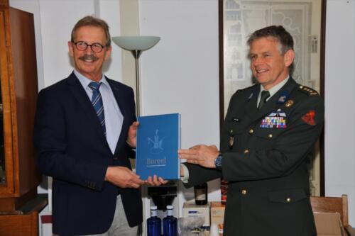 2021 04 30 Bernhardkazerne 11 bijeenkomst Reniecommissie. Ritm b.d. Hans Kuijpers ontvangt van de Regimentsc kol Hans V Dalen het Boreelboek.