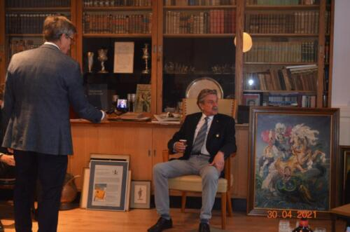 2021 04 30 Bernhardkazerne 6 bijeenkomst Reniecommissie t.g.v. proefdruk jubileumboek 103 Verbat Koos Oosterhof filmt de vz. George Eleveld.