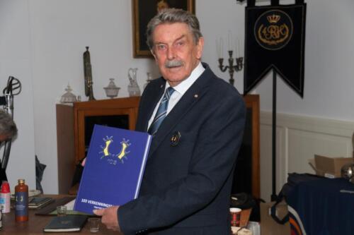 2021 04 30 Bernhardkazerne 8 Voorzitter Reuniecommissie Bgen b.d. George Eleveld met proefdruk. Redactie Fred Kerkhof Hans Kuijpers en Koos Oosterhof