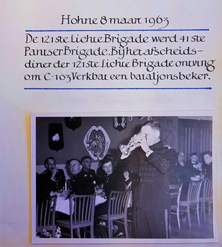 2a. 1963 03 08 103 Verkbat Oprichting 41 Pabrig de BC lkol v.d. Wall Bake drinkt uit de beker.