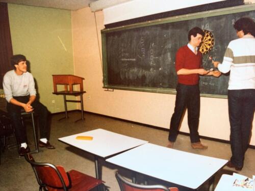 37. 1979 1980 A Esk 103 Verkbat 79 4 Darten in het leslokaal. Fotoalbum John Emmen 1 1