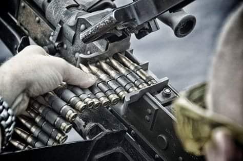 Het laden van de MAG mitrailleur 7.62