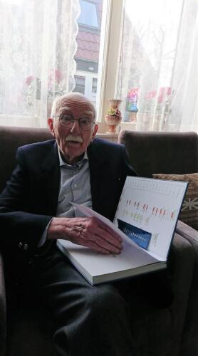 2021 01 31 Woudenberg Aooi b.d. Ruud Kolkert ontvangt een exemplaar van het nieuwe Boreelboek.
