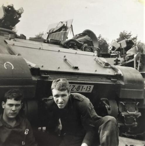1967 1968 A Esk 103 Verkbat li 67 2. Esk Ritm Scouten Elnt Nix en Owi Brunschot. Inz. Martin Elsman bij zijn voertuig
