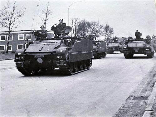 1968 03 01 B Esk 103 Verkbat Seedorf. Beediging van inz. Luitenant Frans Fontein boven uit luik