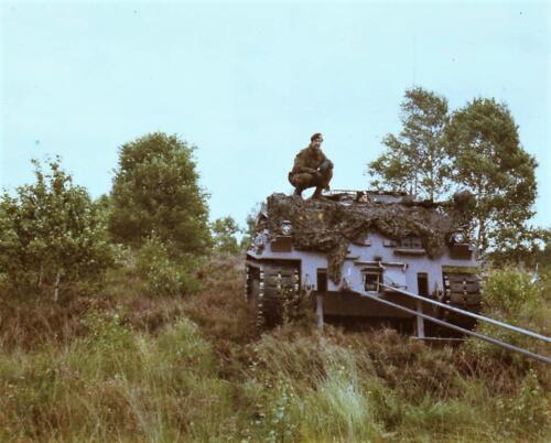 1984 SSV Esk 103 Verkbat Sgt I Jan van Loenhout bezig met het bergen.